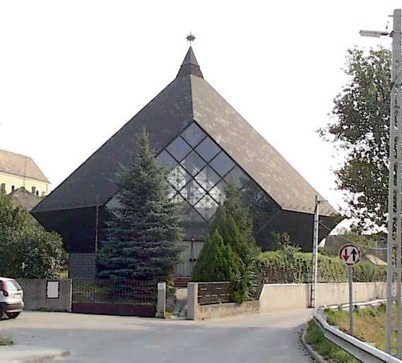 A templom főbejárata a Szent István utcáról nézve